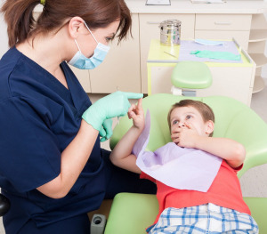deti-plachut-u-detskogo_stomatologa